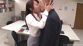 Luring Japanese secretary drops on her knees to blow her boss